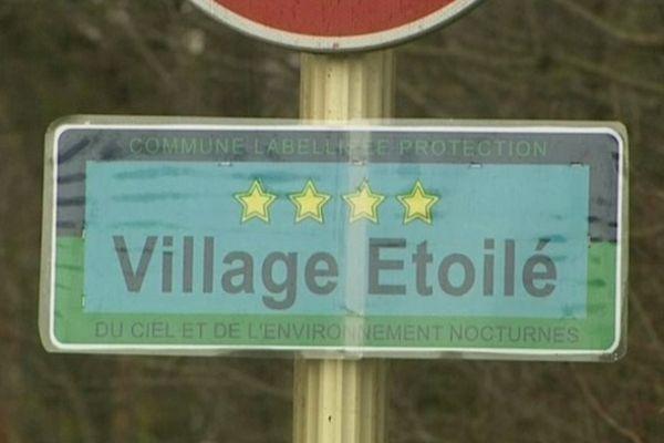 Le nouveau label exposé à l'entrée du village