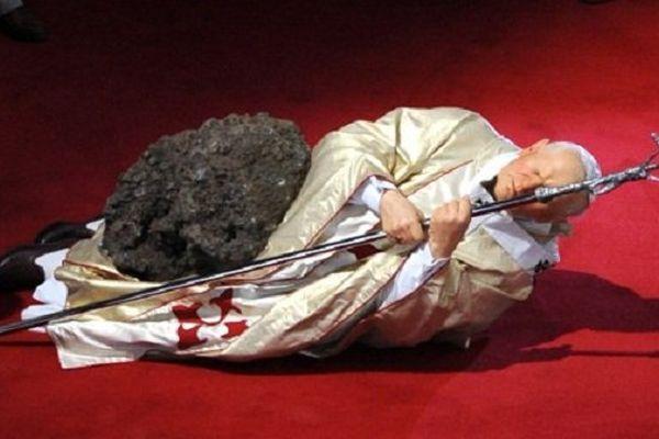 """""""La nona ora"""", oeuvre forte et provocante de Maurizio Cattelan, reflète le destin de cet homme qui, selon l'artiste, """"porte un fardeau sur ses épaules, pour toute l'humanité""""."""