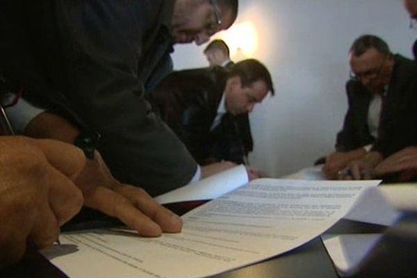 Signature à Toulouse d'un accord qui limite les ouvertures de magasins le dimanche.