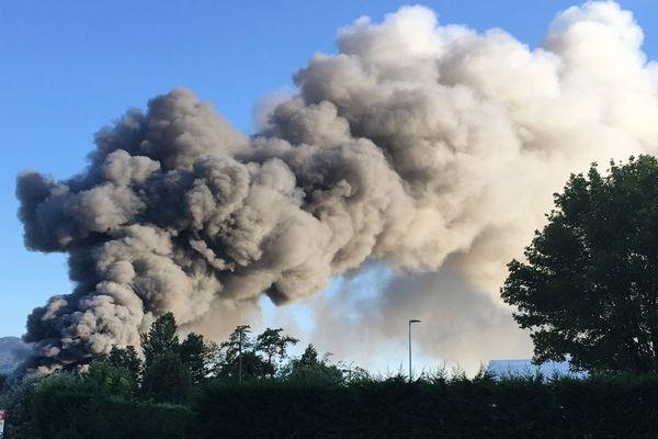 Un entrepôt de l'entreprise Hager Security était en proie aux flammes dans la soirée du mercredi 10 juillet.