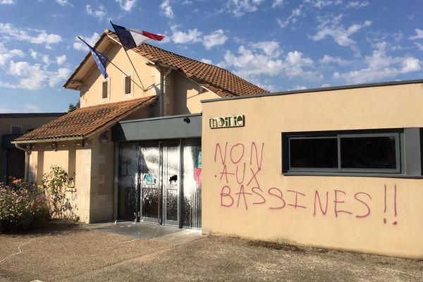 """Le collectif anti-bassines baptisé """"Les tritons masqué.e.s"""" a revendiqué ces tags peints sur la façade de la mairie d'Amuré (Deux-Sèvres)."""