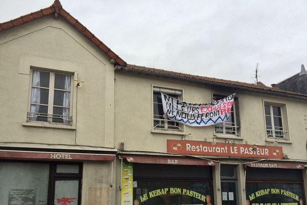 """Le collectif """"AG contre toutes les expulsions"""" remet en état le Restaurant abandonné Le Pasteur pour accueillir une quarantaine de migrants."""
