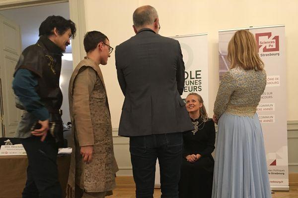 Cersei Lannister peut sourire à son avocat (au centre) comme à ses détracteurs (de gauche à droite: Tyrion, Baelish, Margaery): elle vient d'échapper à la décapitation!