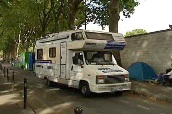 Mobil'douche en maraude dans le sud de Paris