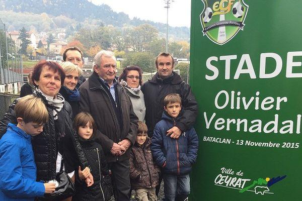 A Ceyrat (Puy-de-Dôme), le 13 novembre 2016, un an après les attentats parisiens, la famille d'Olivier Vernadal, mort au Bataclan, lui rend hommage.
