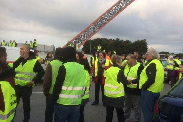 500 personnes bloquent l'accès à l'A9 au péage nord de Perpignan - 17 novembre 2018