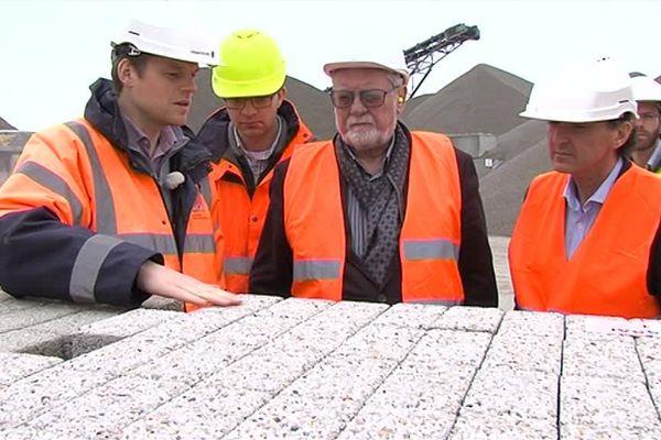 Réalisés En Picardie à base de coquilles Saint-Jacques, ces pavés d'un nouveau genre vont recouvrir le sol de la ville de Wimereux, en Pas-de-Calais