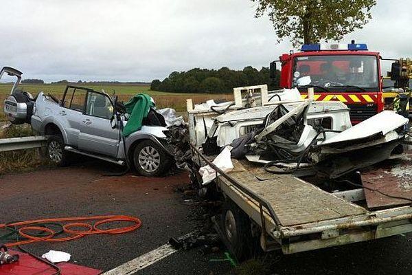 Accident mortel à St Amand-Longpré (Loir-et-Cher) le 17 octobre au matin: les deux passagers du camion-plateau sont décédés.