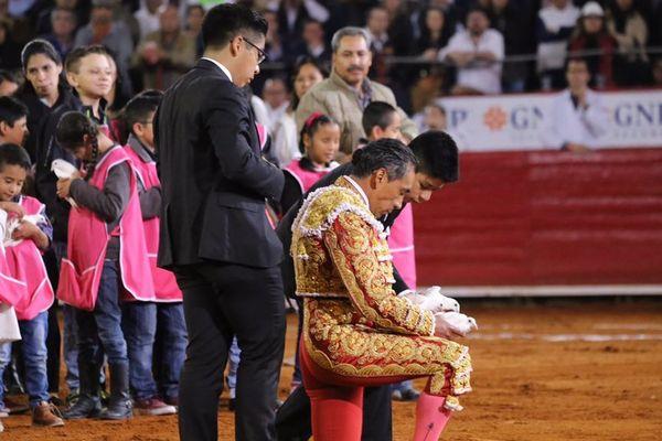 """Colombes dans les mains et larmes aux yeux. Eulalio López Díaz """"El Zotoluco"""", 49 ans dont 30 d'alternative, a dit adieu à sa profession le 4 février dans """"ses"""" arènes de Mexico. Ce sont ses fils qui lui ont """"coupé la coleta""""…"""