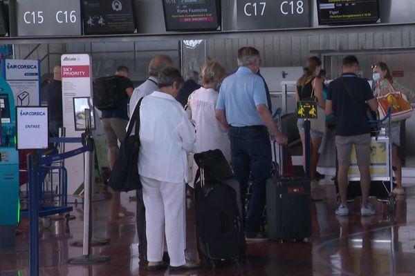 Au terminal de l'aéroport de Nice, le port du masque est obligatoire pour les passagers.