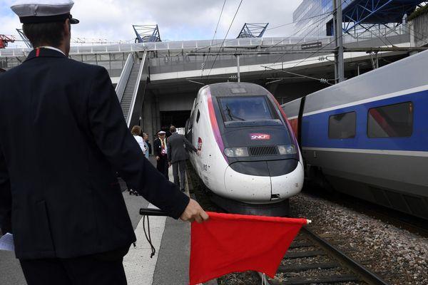 Le TGV inaugural de la nouvelle ligne à son arrivée en gare de Rennes le 1er juillet 2017.