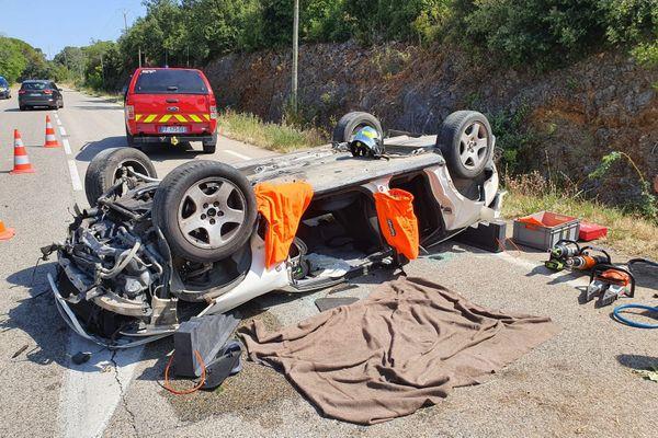 Baron (Gard) - une voiture se retrouve sur le toit, le conducteur gravement blessé - 30 juillet 2020.
