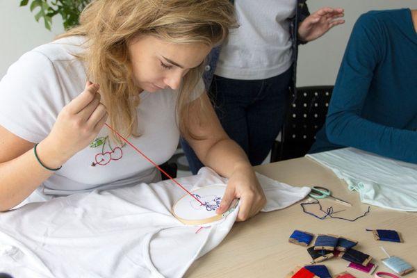 Ces ateliers sont mixtes et c'est souvent des femmes qui  viennent accompagnées  par leur conjoint qui finit toujours par participer confie l'artisan.