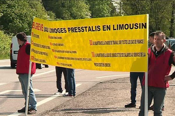 Les salariés de Presstalis Limoges ont interpellé les automobilistes sur leur sort, sur la route du Palais-sur-Vienne. Au moins 15 postes sont menacés.