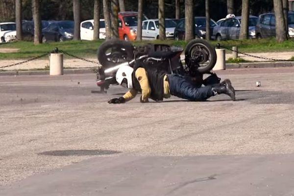 Démonstration de l'utilisation de l'airbag moto dans un sport de la Sécurité routière