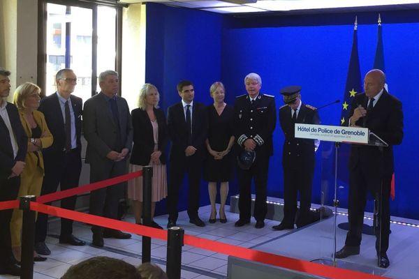Le ministre de l'Intérieur prononce un discours sur la sécurité à l'hôtel de police de Grenoble.