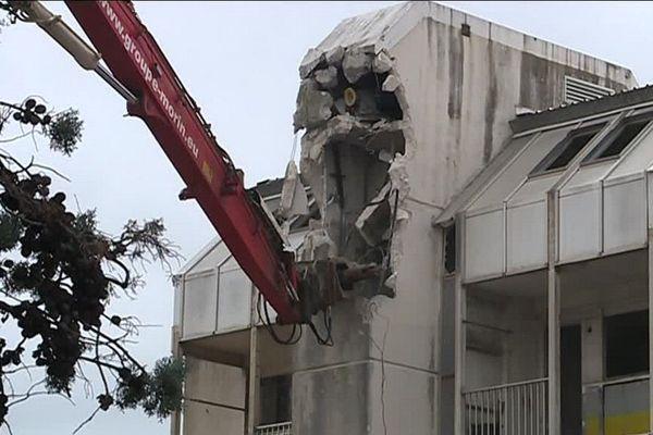 Il faudra plusieurs jours pour démolir la super structure puis encore une semaine pour les fondations.