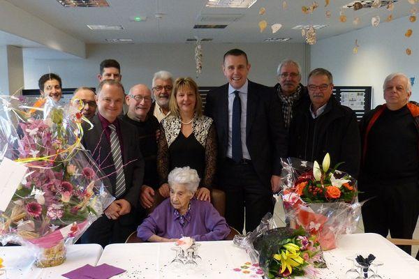 Marguerite Duperray, avec derrière elle Sylvie Martinez maire de St-Clément-sur-Valsonne, entourée du député Patrice Verchère, Alain Chavanes, du comité des conscrits de Tarare, et de Bruno Peylachon, maire de Tarare.