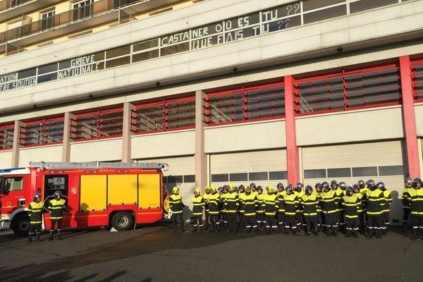 """Ce samedi 14 décembre 2019, les pompiers Tourangeaux ont organisé leur """"contre cérémonie"""" de la Sainte Barbe, sans les élus."""