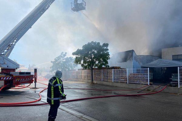 Il s'agit de l'entrepôt d'une marque de vêtement qui a brûlé
