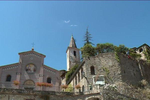 L'église et ce qu'il reste du château d'Apricale.