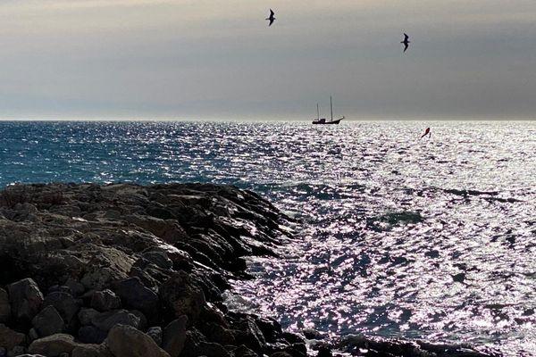 Sur lesréseaux sociaux, les internautes s'interrogent. Quel est cet étrange navire au large de la baie de Juan-les-Pins dans les Alpes-Maritimes ?