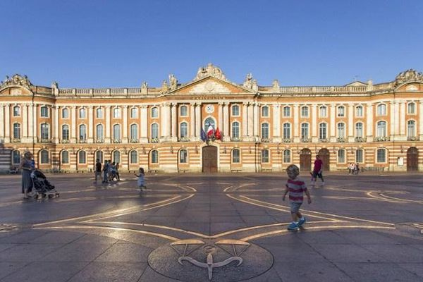 La place du capitole à Toulouse (Haute-Garonne).