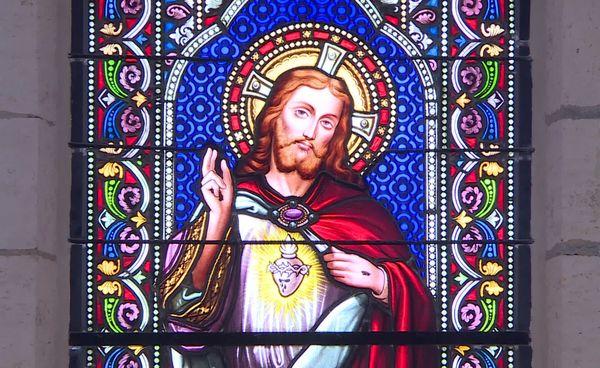 Vitrail de la chapelle du Sacré-Cœur.