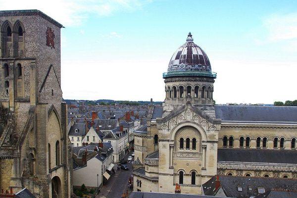 Vue de la basilique et de la tour Charlemagne (TOURS)