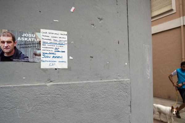 Une affiche collé à un mur réclame la remise en liberté de José Antonio Urrutikoetxea dit Josu Ternera