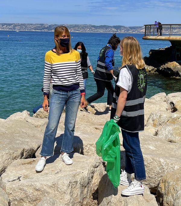 Nathalie Simon et Clémence, bénévole de l'association « 1 Déchet par jour » essayent de rendre Marseille plus propre