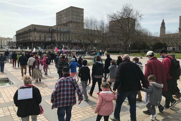 Petits et grands quittent la place de l'hôtel de ville au Havre pour poursuivre leur marche pour le climat.