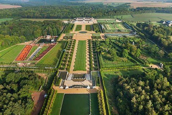 Nuages, éclaircies et averses se succéderont dans l'Eure pour colorer la somptueuse perspective des jardins du Château du Champ de Bataille, à Sainte-Opportune-du-Bosc, sur le plateau du Neubourg.