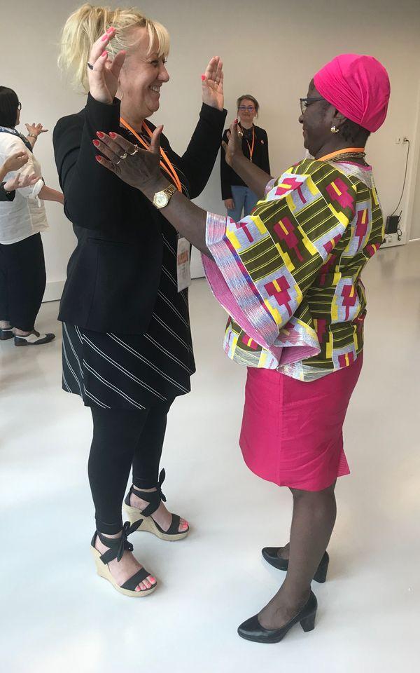 Deux élues réalisent un exercice qui leur permet de travailler leur posture et ainsi mieux s'affirmer face à un public.