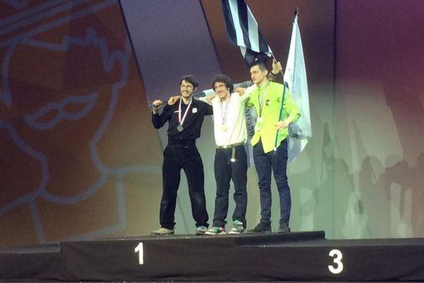 Le Breton Mario Bel, au centre, médaille d'or en charpente aux finales nationales des Olympiades des métiers à Bordeaux -11 mars 2013