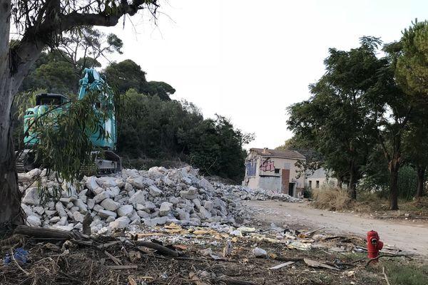 La démolition du hameau du Carimaï a débuté au Cannet, près de trois ans après les inondations dévastatrices.