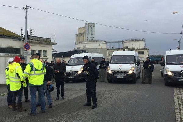Des indépendants du BTP parlementent avec les CRS au dépôt pétrolier de Lorient