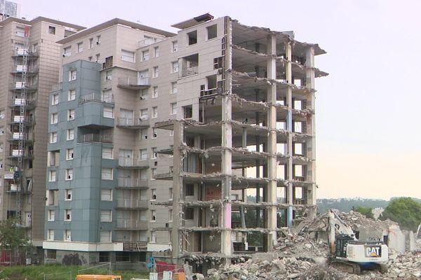"""Les immeubles construits au Havre en 1974 sont démolis avec des pelles """"grande hauteur"""""""