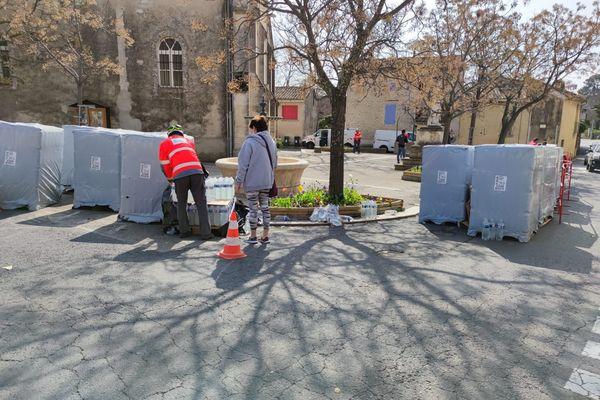 Distribution d'eau dans l'un des points de collecte organisés à Nîmes ce samedi 27 février.