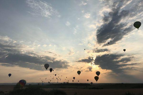 Le premier envol de masse de montgolfières du GEMAB a eu lieu vendredi 23 juillet 2021 au soir.