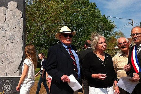 Inauguration de la stèle en hommage aux 7 aviateurs abbattus en 44 à Cussy-les-Forges : M. et Mme Harding avec le maire Angelo Arena.
