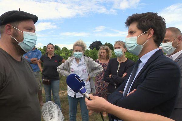 Les viticulteurs girondins exposent leurs difficultés au ministre de l'agriculture et de l'alimentation, Julien Denormandie.