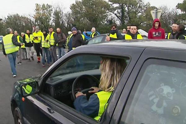 """Les """"gilets jaunes"""" bloquent les accès à l'autoroute autour de Perpignan - 18/11/2018"""