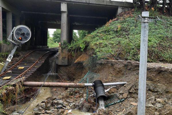 L'orage de dimanche a fortement endommagé la voie de chemin de fer à proximité du passage à niveau 2 entre Morlaix et Roscoff