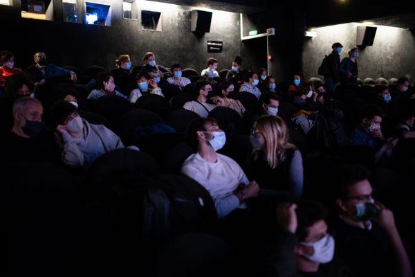 Les cinémas, bars et restaurants peuvent accueillir le public sans limitation.