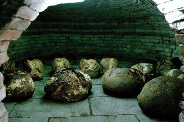 Les pains sont cuits dans l'ancien four à bois du bourg d'Uzeste