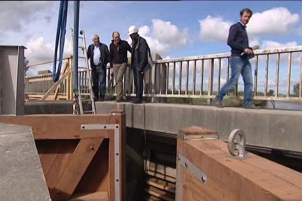 Pose des premières portes à flots de la Taute sur la RN 13 ce lundi 18 septembre