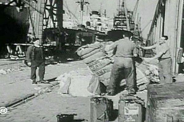 Les dockers déchargent du café sur le port du Havre