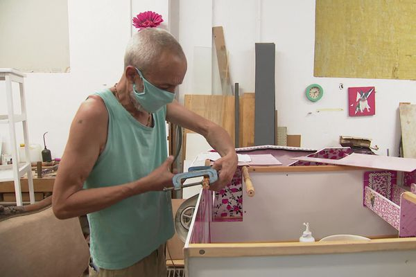 Un salarié en réinsertion répare un meuble pour lui donner une seconde vie