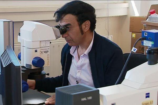 Abderazak El Albani  dans son laboratoire à Poitiers